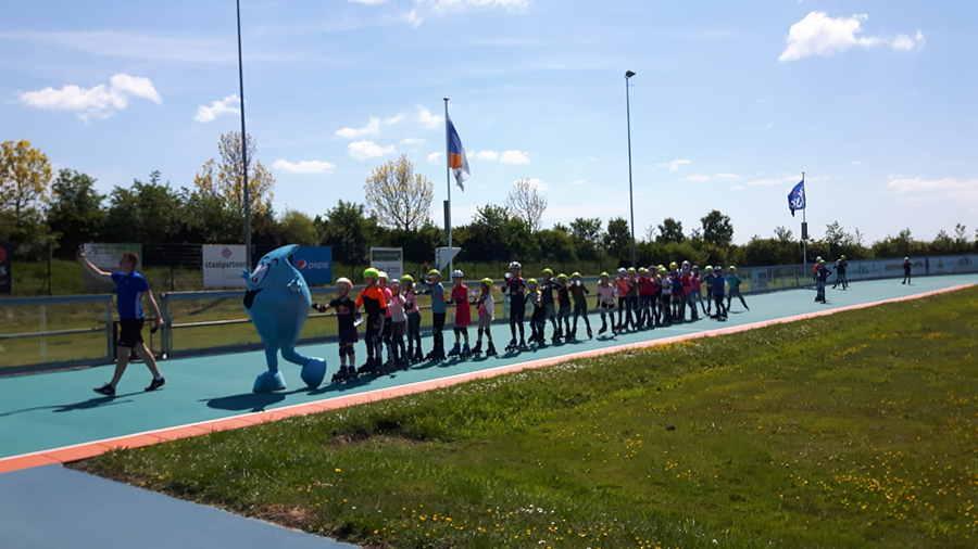 Met zijn allen achter Druppie aan in de polonaise tijdens de basisschool clinics
