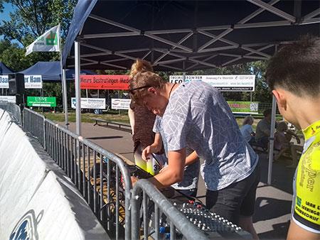 DJ Ruben Oldenburger zorgt voor een goede sfeer tijdens de wedstrijd in 2019