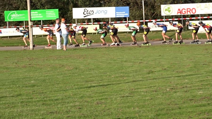 Groot langgerekt peloton bij de build-up race