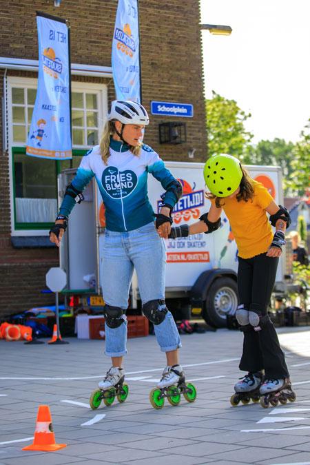 Irene Schouten biedt een helpende hand (foto Hanneke Mennens)